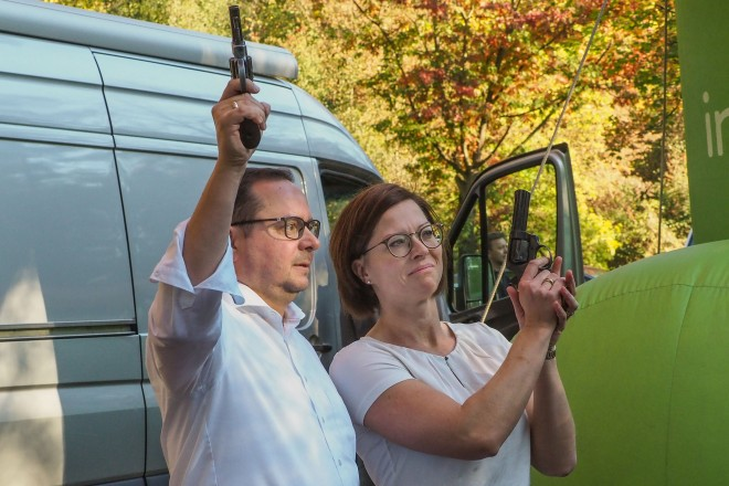 Startschuss zum innogy Marathon. Oberbürgermeister Thomas Kufen und Brigitte Vogt (innogy) geben den Startschuss.