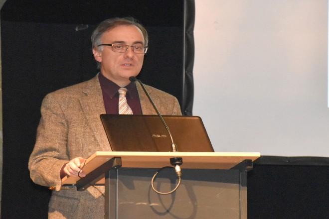 """Schuldezernent Muchtar Al Ghusain begrüßt die Teilnehmer/innen bei der Tagung """"Sprache"""""""