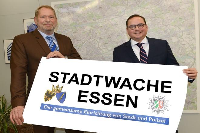 Oberbürgermeister Thomas Kufen und Polizeipräsident Frank Richter stellen die erste gemeinsame Stadtwache von Polizei und Ordnungsamt vor