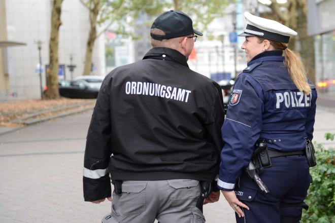 Eine Polizistin und ein Mitarbeiter des Ordnungsamts vor der neuen Stadtwache Essen