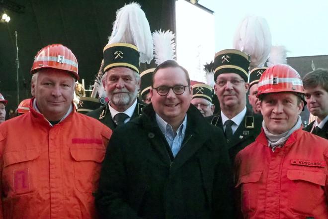 Zeche Zollverein, Schacht XII, Danke Kumpel! Oberbürgermeister Thomas Kufen mit Uwe Sunderwerth (li.) und Andreas Koschare (re) von der Grubenwehr und Sängern des Ruhrkohle-Chors