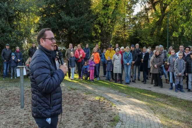 Oberbürgermeister Thomas Kufen begrüßt die Teilnehme der Baumpflanzaktion des Kinderpflegedienstes im Stadtgarten