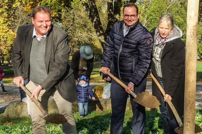 Baumpflanzaktion des Pflegekinderdienstes im Stadtgarten v.l.n.r: Carsten Bluhm, Oberbürgermeister Thomas Kufen, Birgit Braun und Sebastian Pfeiffer