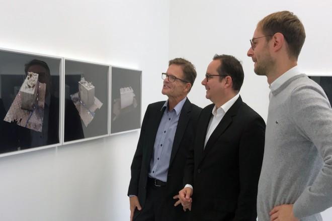 """Oberbürgermeister Thomas Kufen besuchte die Ausstellung """"UNTERM ASPHALT LIEGT DER SAND"""" des Neuen Essener Kunstvereins e.V."""
