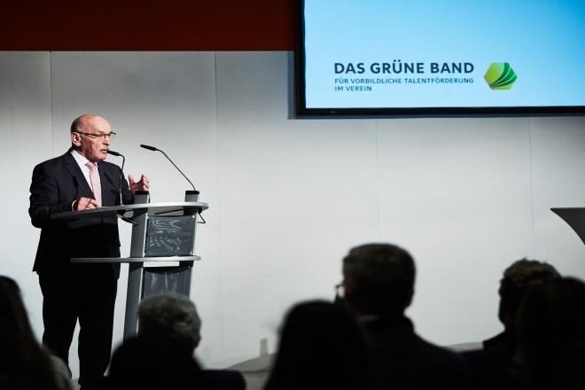 """Bürgermeister Rudolf Jelinek begrüßt die Teilnehmerinnen udn Teilnehmer bei der Preisverleihung """"Das Grüne Band für vorbildliche Talentförderung im Verein"""""""