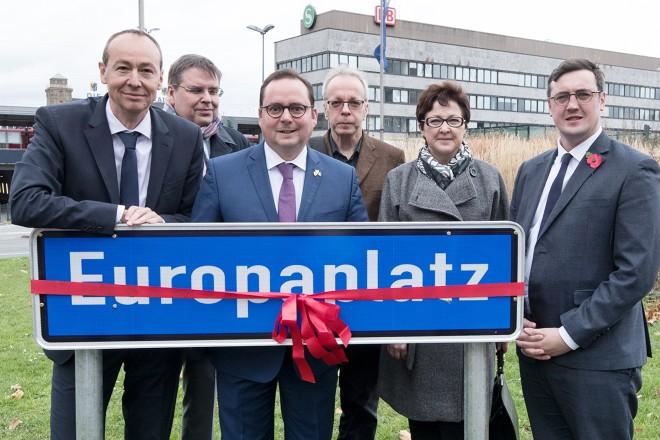 Einweihung des Europaplatzes Oberbürgermeister Thomas Kufen zeigt den internationalen Gästen den Platz