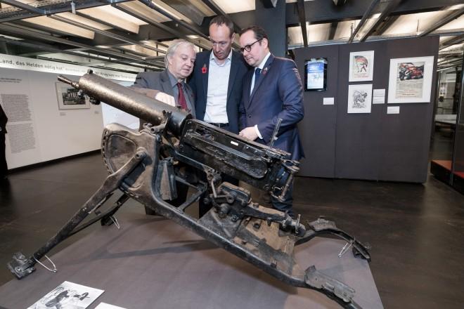 """Eröffnung der Ausstellung """"Krieg.Macht.Sinn"""". Oberbürgermeister Thomas Kufen mit Prof. Heinrich Theodor Grütter und dem Vertreter von Grenoble Pascal Clouaire."""