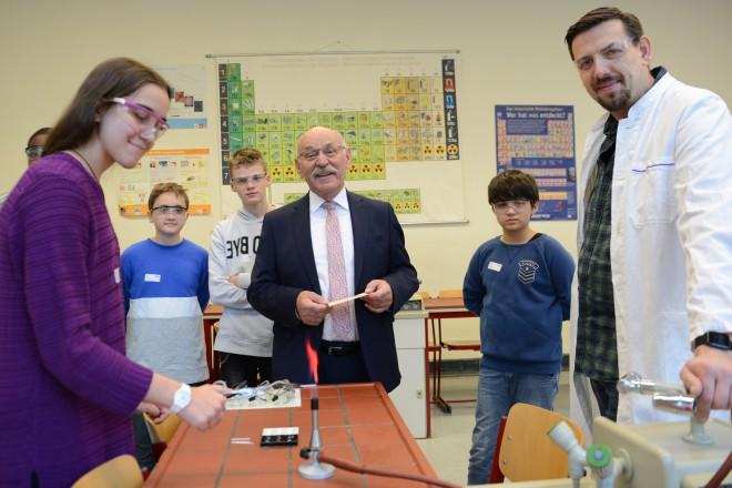 Bürgermeister Rudolf Jelinek besucht die Mini-Forscher-Tage an der Theodor-Goldschmidt-Realschule