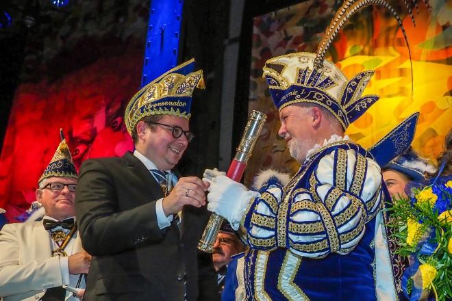 Weststadthalle Essen, Prinzipiade des FEK Oberbürgermeister Thomas Kufen übergibt dem neuen Stadtprinzenpaar Bernie I. und Katrin I. die Insignien, hier das Szepter.