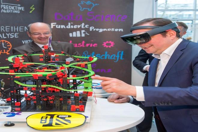 """Thomas Kufen, Oberbürgermeister der Stadt Essen, informierte sich auf dem """"Summit Umweltwirtschaft.NRW"""" am Messestand der Firma Neusta Software Development West mittels einer Augmented Reality Brille."""
