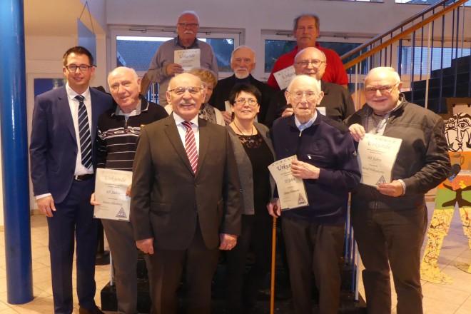 Bürgermeister Rudolf Jelinek ehrt langjährige Vereinsmitglieder des TuS 84/10