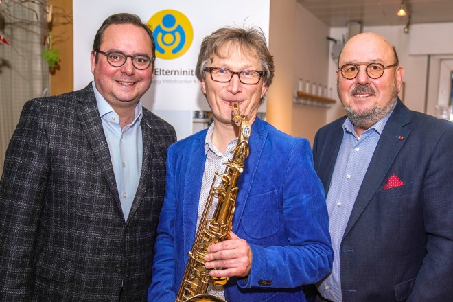 35 Jahre Essener Elterninitiative zur Unterstützung krebskranker Kinder . Auf dem Foto: Oberbürgermeister Thomas Kufen, Marcin Langer (Saxophonist) und Peter Hennig (Vorstandsvorsitzender)