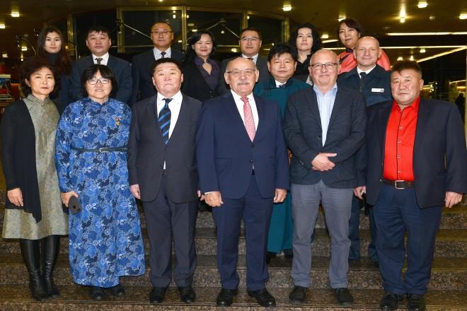 Bürgermeister Rudolf Jelinek begrüßt eine Ärztegruppe aus der Mongolei