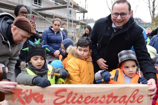 Richtfest der Kita Elisenstraße: Oberbürgermeister Thomas Kufen mit Kindern der zukünftigen Kita