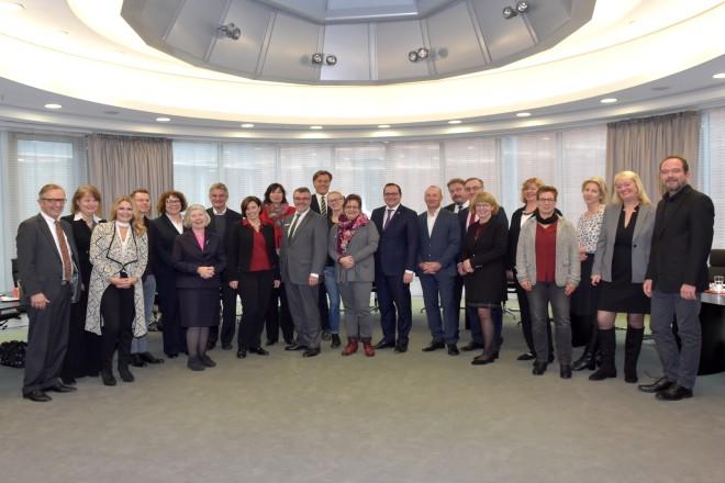 Essener Bündnis für Familie: Die Akteure des Kuratoriums, des Arbeitsausschusses und weitere Beteiligte beim Treffen im Verwaltungsratssaal der Sparkasse Essen