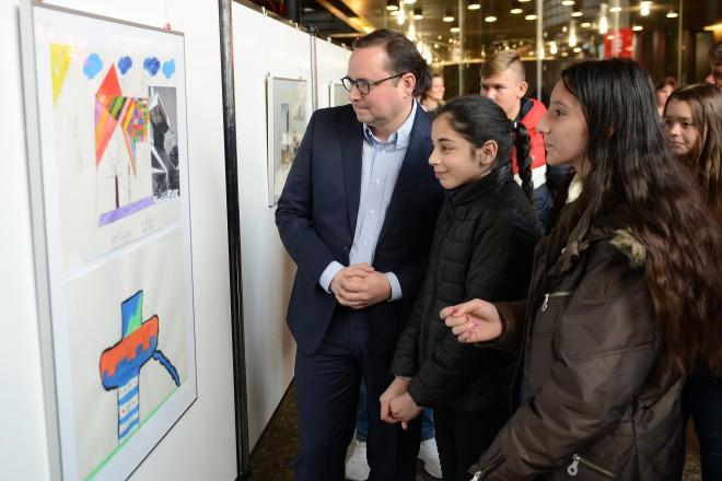 Oberbürgermeister Thomas Kufen eröffnet die Ausstellung des Kreativ-Workshops BürgerRatHaus mit den Kindern der Parkschule