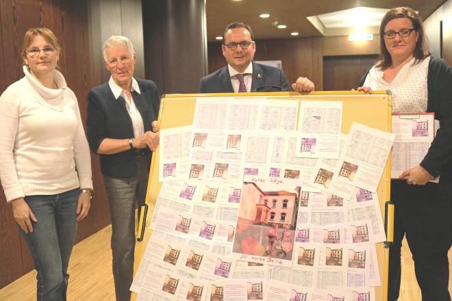 Oberbürgermeister Thomas Kufen nimmt die Unterschriftenlisten der Elterninitiative entgegen.