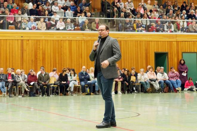 Oberbürgermeister Thomas Kufen begrüßt die Teilnehmer und Zuschauer beim Nikolausturnen des Kettwiger Sportvereins 70/86