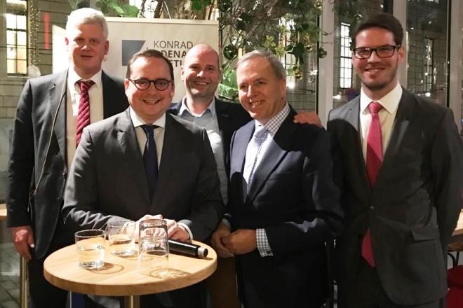 Fünf Männer stehen für ein Gruppenfoto zusammen