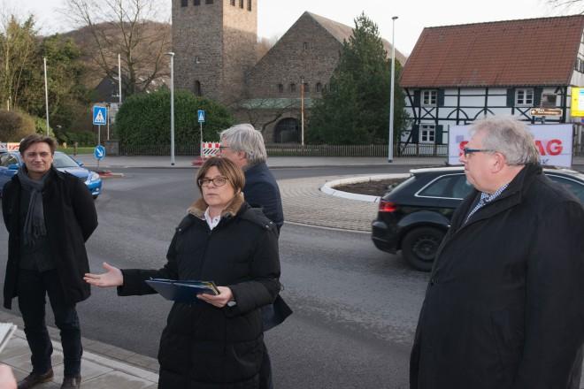 Einweihung des neuen Verkehrskreisels in Kettwig durch Simone Raskob, Umwelt-, Bau- und Sportdezernentin