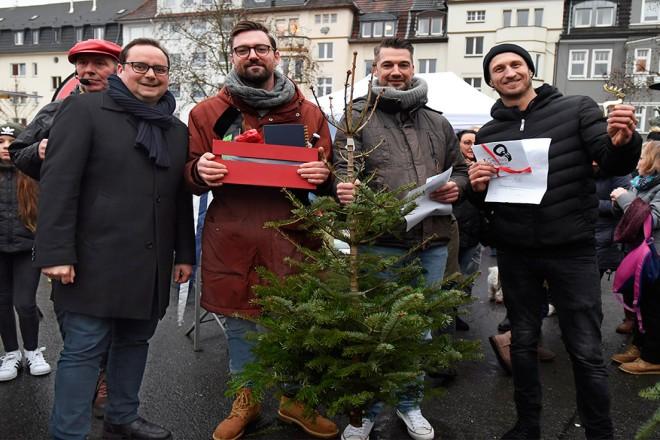 Oberbürgermeister Thomas Kufen besuchte die Weihnachtsbaum-Weitwurf-Meisterschaft