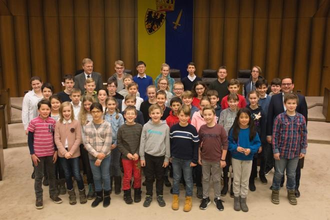 Etwa 40 Kinder stehen mit dem Oberbürgermeister Thomas Kufen in Gruppe zusammen