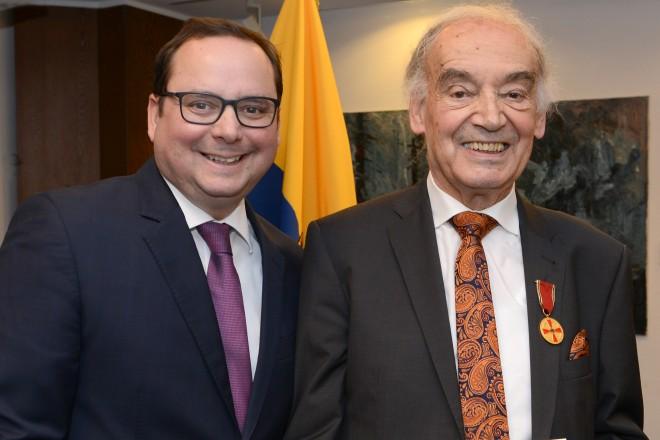 Oberbürgermeister Thomas Kufen überreicht die Verdienstmedaille des Verdienstordens der Bundesrepublik Deutschland an Manfred Stötzel