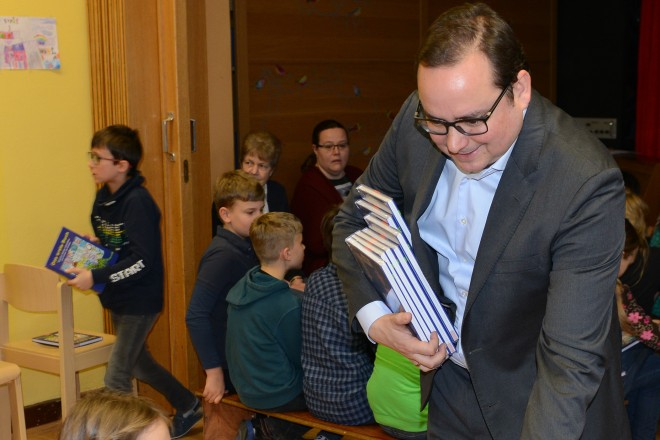 """Oberbürgermeister Thomas Kufen verteilt """"Das erste Buch für Essen 2018- 2019"""" an Kinder der Ludgerusschule"""
