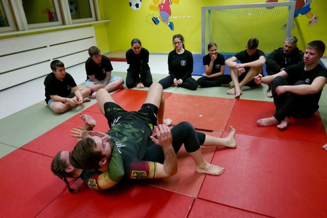 """Fairer Kampf: Bis zu zwölf Jugendliche trainieren in der Palme 7 die brasilianische Kampfsportart """"Luta Livre"""""""
