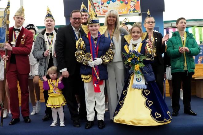 Oberbürgermeister Thomas Kufen beim Kinderprinzenwiegen in der METRO