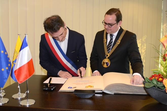 Eric Piolle, der Bürgermeister unserer Partnerstadt Grenoble, trägt sich in das Stahlbuch der Stadt Essen ein.