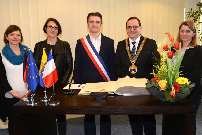 Stahlbucheintragung der französischen Delegation aus Grenoble anlässlich der 40-jährigen Städtepartnerschaft mit Essen