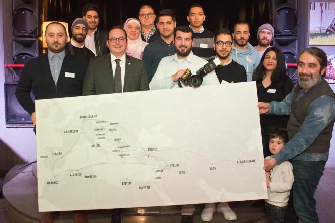 Eine Gruppe Menschen hält eine Landkarte