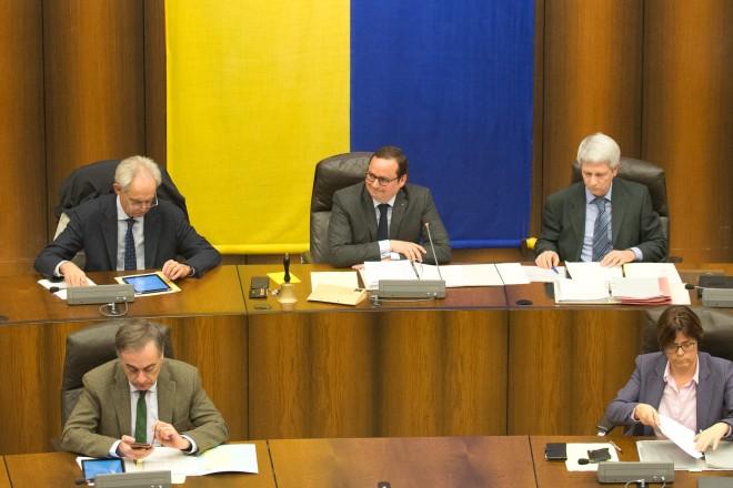 Fünf menschen sitzen unter der blau-gelben Essen-Fahne im Ratssaal der Stadt Essen