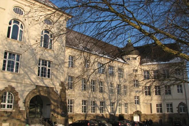 Fassade eines alten Schulgebäudes
