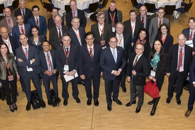 Foto: Oberbürgermeister Thomas Kufen (Mitte) begrüßt die internationale Delegation in der Messe.