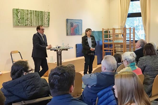 """Oberbürgermeister Thomas Kufen beim ersten """"Bürgerdialog vor Ort"""" in Frohnhausen."""
