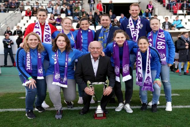 Bürgermeister Rudolf Jelinek ehrte die Frauen des Gehörlosen Turn- und Sportvereins Essen im Stadion Essen.