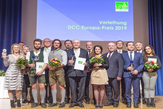 """Bürgermeister Rudolf Jelinek übergab auf der Messe """"Reise + Camping"""" je einen DCC Platin Award an Campingplätze aus Deutschland und Frankreich."""