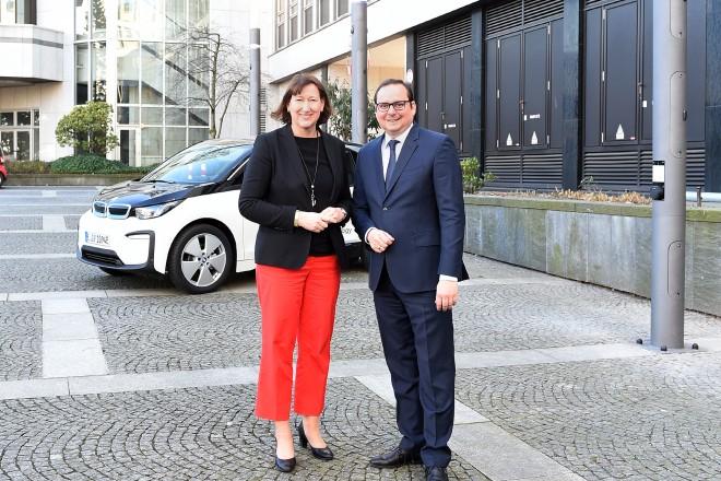 Foto: Auf dem innogy Gelände in Essen sind die schon drei Smart Poles installiert. Von diesen hatte sich Oberbürgermeister Thomas Kufen gemeinsam mit Hildegard Müller, Vorstand Netz & Infrastruktur innogy SE, bereits im vergangenen Jahr ein Bild machen können.