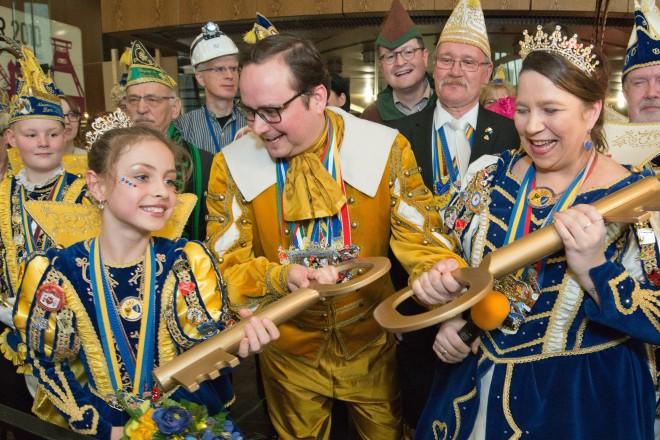 Foto: Oberbürgermeister Kufen (Mitte) mit Stadtprinzenpaar Prinz Bernie I. und Prinzessin Katrin I., sowie Stadtkinderprinzenpaar Prinz Ben I. und Prinzessin Assindia Lea I.