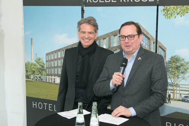 Foto: Oberbürgermeister Thomas Kufen (rechts) mit Stephan Kölbl (Kölbl Kruse GmbH) bei der Wilkommensansprache.