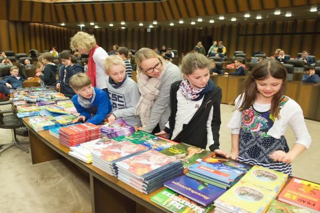 Foto: Siegerehrung Mathematikwettbewerb Essener Grundschulen. Die jungen Gewinner des Wettbewerbs suchen sich Ihre Preise aus.