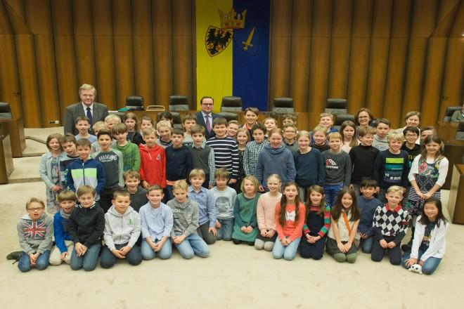 Foto: Siegerehrung Mathematikwettbewerb Essener Grundschulen. Oberbürgermeister Thomas Kufen begrüßt die jungen Sieger des Wettbewerbs.