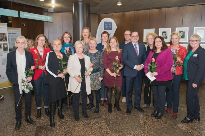 Foto: Oberbürgermeister Thomas Kufen mit beteiligten Damen und Herren des Ausstellungsprojektes.