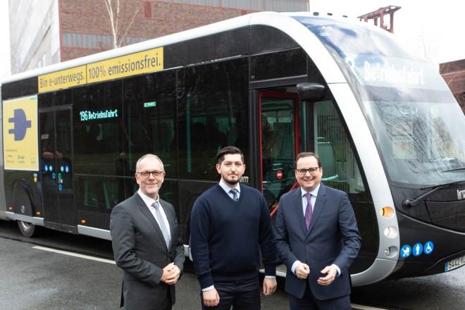 Geschäftsführer Uwe Bonan und Fahrer Muhammed Özkul von der Ruhrbahn, sowie Oberbürgermeister Thomas Kufen gemeinsam vor dem Elektrobus der Firma Irizar.