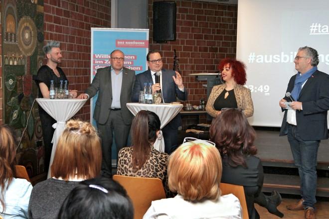 """Oberbürgermeister Thomas Kufen besucht die Auftaktveranstaltung """" Friseurhandwerk ? Auf jeden Fall """" bei der Kreishandwerkerschaft"""