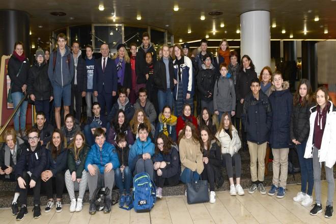 Bürgermeister Rudolf Jelinek begrüßt eine Schülergruppe aus Grenoble