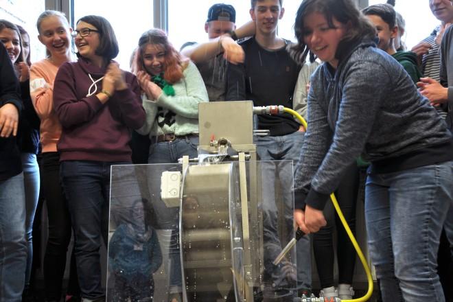 Die Klasse 10a der Gesamtschule Holsterhausen testete heute in der Schule Natur das Wasserradmodell des Ruhrverbandes.