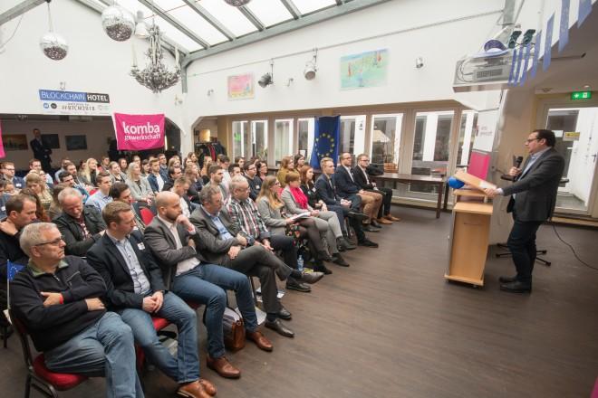 Foto: Oberbürgermeister Thomas Kufen spricht zu den Anwesenden im Unperfekthaus, Essen.